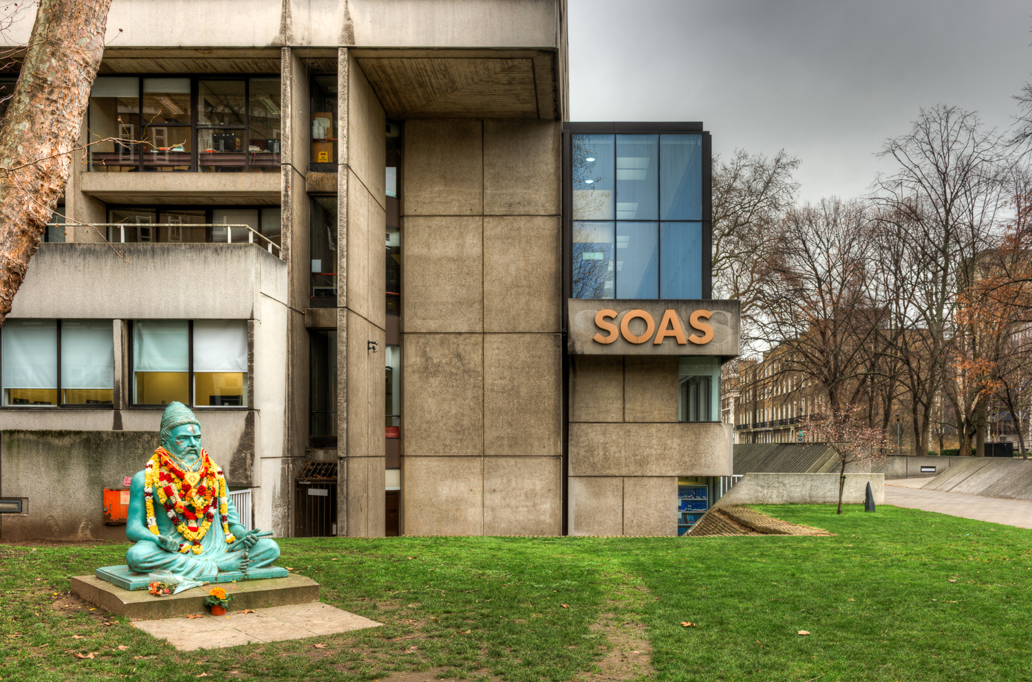 SOAS Library with the statue of Thiruvalluvar,.